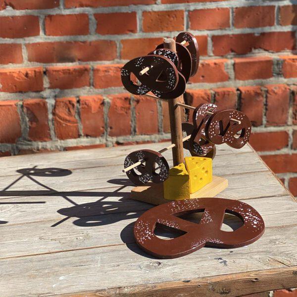 Brezeln und Käse Deko aus der sbr gGmbH Holzwerkstatt