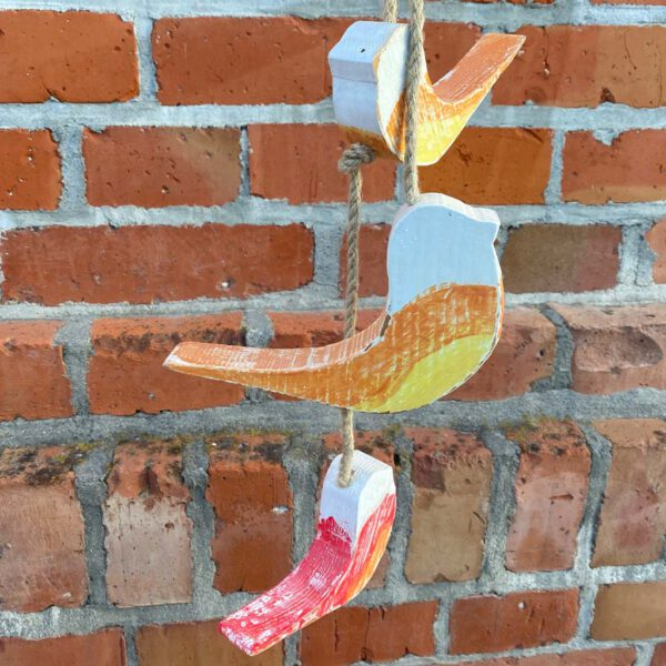 Bunte Vogelanhänger aus der sbr gGmbH Holzwerkstatt