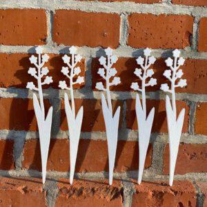Weisse Blumen aus der sbr gGmbH Holzwerkstatt